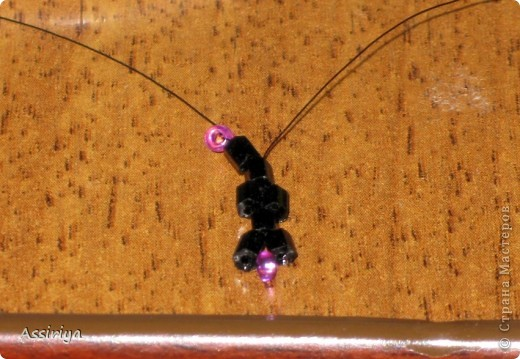 Такой листик является элементом многих украшений из бисера. Например колье http://stranamasterov.ru/node/175839 и брошь http://stranamasterov.ru/node/175196 Заранее извиняюсь, некоторые фотографии получились не очень четкими фото 6