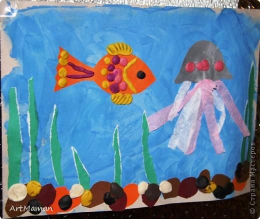 """""""Море"""" красили пальчиковыми красками. На другой день, когда наше """"море"""" высохло, сделали аппликацию. Рыбка из цветной бумаги + пластилин. Медуза - цветная бумага, пластилин, бумажные салфетки. Водоросли - обрывная аппликация (бумага). Камни - аппликация и пластилин. Делали с ребенком в 1 г. 6 мес. Деть красила """"море"""" обеими руками :). Потом мазала клеем детальки и клеила их. Мяла пластилин и катала из него шарики и колбаски, лепила камни, украшалки медузу и рыбку. Мама, конечно же, помогала.  фото 1"""