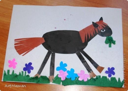 """Вдохновленные лошадкой развили целую тему """"скотный двор"""" :) Пятна коровки из пластилина - деть получила особое удовольствие размазывая его. Трава из салфеток. фото 2"""