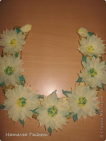 Подковка на счастье с цветами из креповых полосок.Цветы изготовлены из полосочек креповой гофрированной бумаги.Быстро делаются и довольно эффектно смотрятся. фото 7