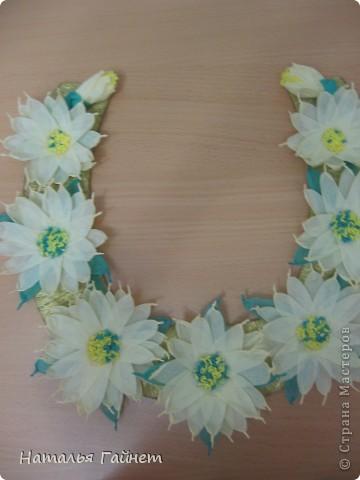 Подковка на счастье с цветами из креповых полосок.Цветы изготовлены из полосочек креповой гофрированной бумаги.Быстро делаются и довольно эффектно смотрятся. фото 3