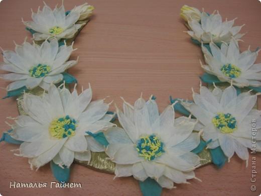 Подковка на счастье с цветами из креповых полосок.Цветы изготовлены из полосочек креповой гофрированной бумаги.Быстро делаются и довольно эффектно смотрятся. фото 1
