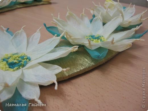 Подковка на счастье с цветами из креповых полосок.Цветы изготовлены из полосочек креповой гофрированной бумаги.Быстро делаются и довольно эффектно смотрятся. фото 5