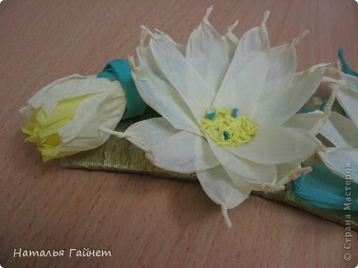 Подковка на счастье с цветами из креповых полосок.Цветы изготовлены из полосочек креповой гофрированной бумаги.Быстро делаются и довольно эффектно смотрятся. фото 4