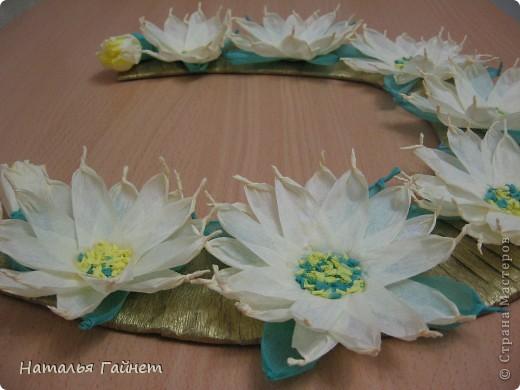 Подковка на счастье с цветами из креповых полосок.Цветы изготовлены из полосочек креповой гофрированной бумаги.Быстро делаются и довольно эффектно смотрятся. фото 6