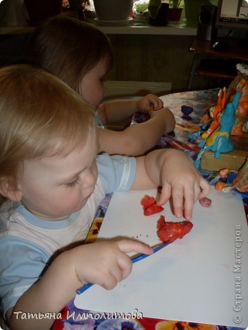 Вот такие барельефы София (3,4) сделала самостоятельно,изобразила себя,сестрёнку,меня и зайчика. фото 13