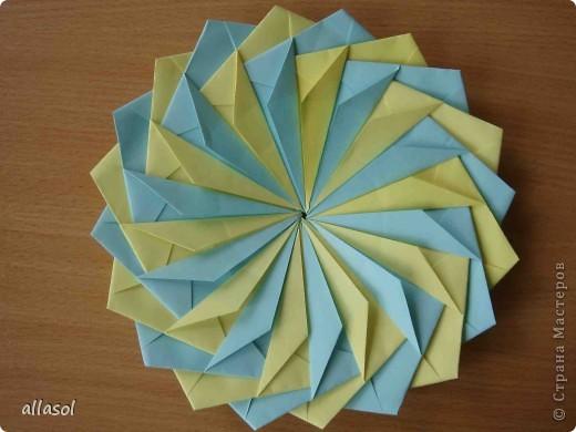 """Готовлюсь к занятиям кружка """"Оригами"""". Тема """"Орнаменты"""". Чтобы заинтересовать, стараюсь сделать образцы. Вот что у меня получилось сегодня. Это орнамент """"Иллюзия"""". Делала по книге Т.Сержантовой """"100 праздничных моделей оригами"""". Выглядит красиво, но уж очень много слоев. Ведь этот орнамент из 20 модулей. фото 27"""