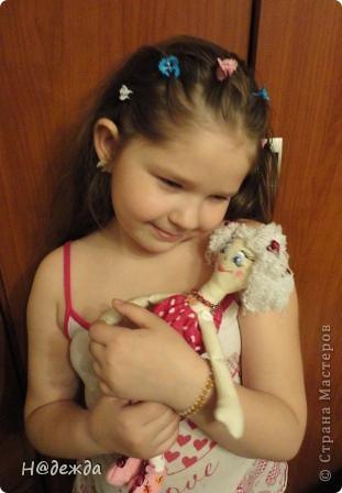 Знакомтесь это моя первая кукла для дочки зовут ее Машуля. Увидя ангелочка Машеньку от Ируси http://stranamasterov.ru/node/153000 очень захотелось сделать нечто похожее.  И вот наконец-то родилось это чудо. Имя придумывала дочка и так совпало, что назвала ее также.  И вот история Машули. Вот такая я родилась. фото 15