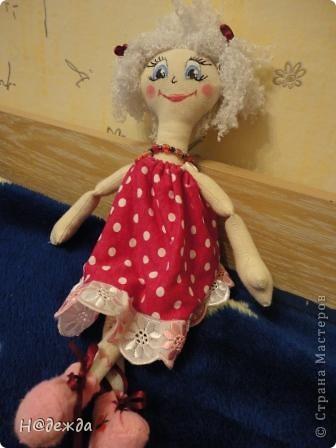 Знакомтесь это моя первая кукла для дочки зовут ее Машуля. Увидя ангелочка Машеньку от Ируси http://stranamasterov.ru/node/153000 очень захотелось сделать нечто похожее.  И вот наконец-то родилось это чудо. Имя придумывала дочка и так совпало, что назвала ее также.  И вот история Машули. Вот такая я родилась. фото 18