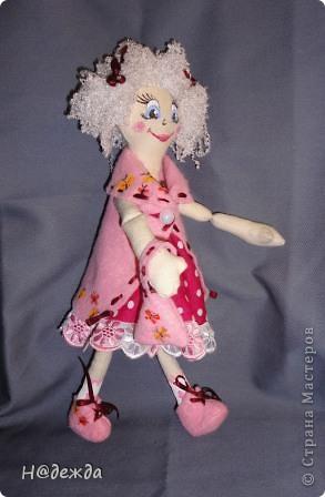 Знакомтесь это моя первая кукла для дочки зовут ее Машуля. Увидя ангелочка Машеньку от Ируси http://stranamasterov.ru/node/153000 очень захотелось сделать нечто похожее.  И вот наконец-то родилось это чудо. Имя придумывала дочка и так совпало, что назвала ее также.  И вот история Машули. Вот такая я родилась. фото 14