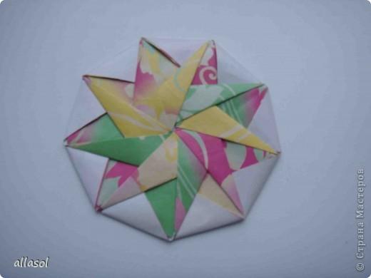 """Готовлюсь к занятиям кружка """"Оригами"""". Тема """"Орнаменты"""". Чтобы заинтересовать, стараюсь сделать образцы. Вот что у меня получилось сегодня. Это орнамент """"Иллюзия"""". Делала по книге Т.Сержантовой """"100 праздничных моделей оригами"""". Выглядит красиво, но уж очень много слоев. Ведь этот орнамент из 20 модулей. фото 40"""