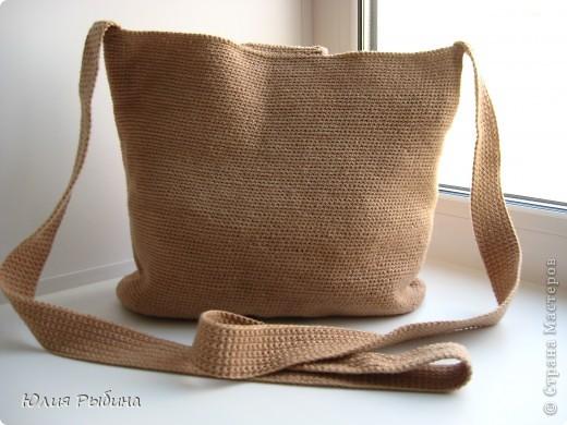 Моя первая и надеюсь не последняя работа крючком. Эту сумочку связала год назад. Хотелось что то простого, практичного и удобного для лета. Поэтому получилась вот такая походная сумочка через плечо.  фото 3