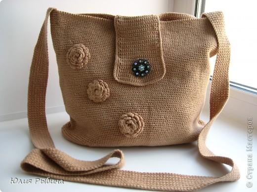 Моя первая и надеюсь не последняя работа крючком. Эту сумочку связала год назад. Хотелось что то простого, практичного и удобного для лета. Поэтому получилась вот такая походная сумочка через плечо.  фото 1