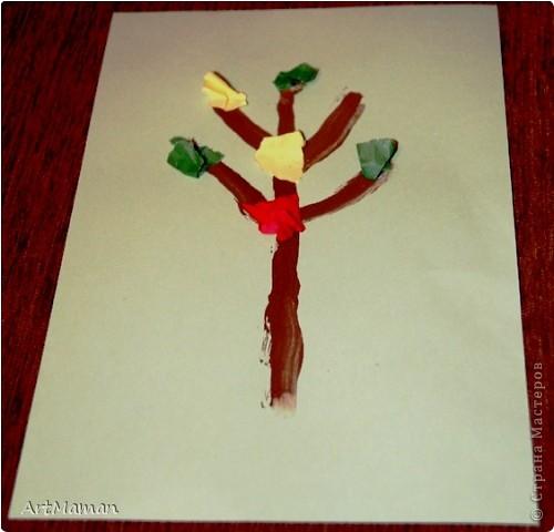Делали с деткой в 1 г. 3 мес. Я нарисовала веточку. Давала детке шарики (рябинки) - она их лепила, куда хотела. Потом вместе порвали бумажное полотенце. Детка намазала, где смогла, клеем (где-то мама помогла). И посыпали оборванными кусочками. Красота! фото 2