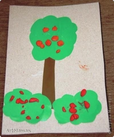 Делали с деткой в 1 г. 3 мес. Я нарисовала веточку. Давала детке шарики (рябинки) - она их лепила, куда хотела. Потом вместе порвали бумажное полотенце. Детка намазала, где смогла, клеем (где-то мама помогла). И посыпали оборванными кусочками. Красота! фото 8