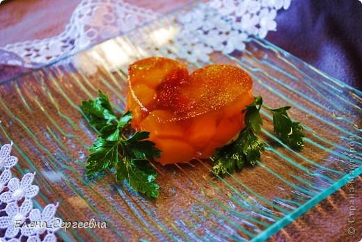 Персики, порезанные кубиками. Сок лимона (лайма). Желе малиновое и желе киви.