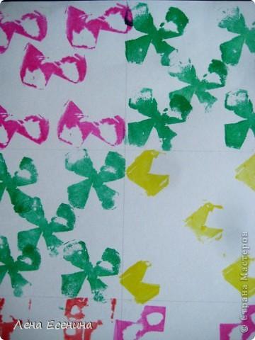 Самостоятельная работа 6-летки. Шпампование в стиле адинкра (adinkra). Адинкра - западноафриканское искусство шпамповки на ткани. Дети имитировали это искусство шпамповкой на бумаге. Шпампики выполняли сами из сырого картофеля при помощи пластиковых ножей.  На уроке я рассказала об этой технике, познакомив детей с Ганой - страной, где особенно популярна адинкра.  фото 2
