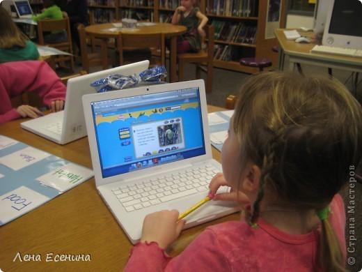 6-летки (1 класс начальной госшколы США) работают над проектом - описанием животного. Каждый из детей выбирает животного, о котором будет делать интернет-поиск. На спец. образовательном сайте ребёнок читает о животном и делает его краткое описание. Умение работать на компьютере - занятия с 5 лет - стандарт школ США.  Учительница помогает... фото 3
