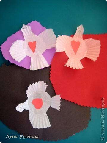 Птички сделаны 5-6-летками из цветной бумаги и бумажных стаканчиков для кексов (я не знаю, продаются ли такие стаканчики в России, в США они есть в любом супермаркете). Идея взята из книги The Little Hands Art Book автора Judy Press (США). фото 1