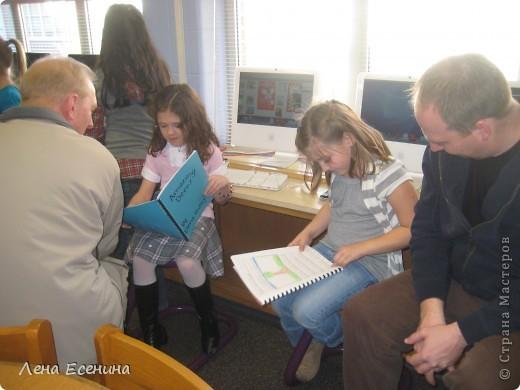 6-летки (1 класс начальной госшколы США) работают над проектом - описанием животного. Каждый из детей выбирает животного, о котором будет делать интернет-поиск. На спец. образовательном сайте ребёнок читает о животном и делает его краткое описание. Умение работать на компьютере - занятия с 5 лет - стандарт школ США.  Учительница помогает... фото 6