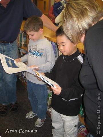6-летки (1 класс начальной госшколы США) работают над проектом - описанием животного. Каждый из детей выбирает животного, о котором будет делать интернет-поиск. На спец. образовательном сайте ребёнок читает о животном и делает его краткое описание. Умение работать на компьютере - занятия с 5 лет - стандарт школ США.  Учительница помогает... фото 8