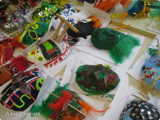 Маски в различных техниках и из различных материалов. Работы учеников начальной школы США (педагог не я). фото 3