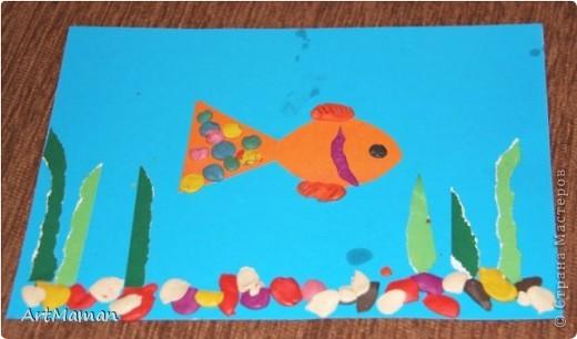 """""""Море"""" красили пальчиковыми красками. На другой день, когда наше """"море"""" высохло, сделали аппликацию. Рыбка из цветной бумаги + пластилин. Медуза - цветная бумага, пластилин, бумажные салфетки. Водоросли - обрывная аппликация (бумага). Камни - аппликация и пластилин. Делали с ребенком в 1 г. 6 мес. Деть красила """"море"""" обеими руками :). Потом мазала клеем детальки и клеила их. Мяла пластилин и катала из него шарики и колбаски, лепила камни, украшалки медузу и рыбку. Мама, конечно же, помогала.  фото 2"""