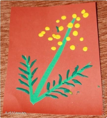 Делали с деткой (в 1 г. 7 мес.) в подарок бабушке к 8 Марта. Мимозу вырезала из бумажных салфеток 2 цветов (как конфетти). Потом намазали клеем место будущей мимозы и посыпали кружочками. Дочь еще ладошкой постучала, для верности.  фото 3