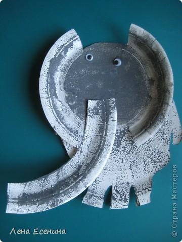 Для слона потребуются две белые бумажные тарелки. Думаю, что легко догадаться, как вырезать, глядя на работу. Серая краска и два вращающихся глаза. Можно сделать разноцветного слона! Работа выполнена дочкой (5 лет на то время) в школе.