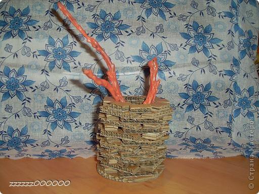 Эта ваза сделана из проволоки. Цветы из гофрированной бумаги, салфетки и атласной ленты. фото 3