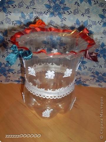 Эта ваза сделана из проволоки. Цветы из гофрированной бумаги, салфетки и атласной ленты. фото 2