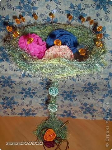 Эта ваза сделана из проволоки. Цветы из гофрированной бумаги, салфетки и атласной ленты. фото 1