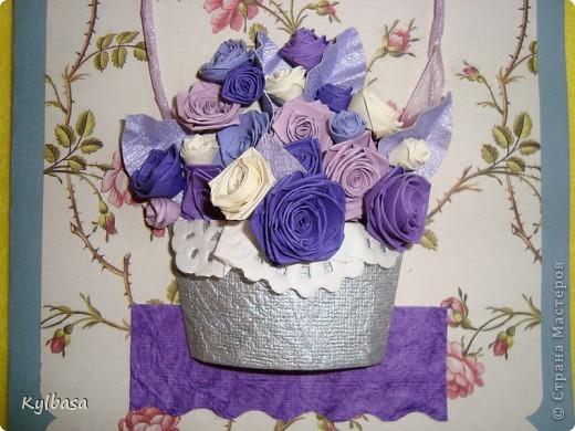 Несмотря на отсутствие в природе фиолетовых и лиловых роз ,мне очень захотелось сделать такой вот подарочный букет-корзинку. фото 2