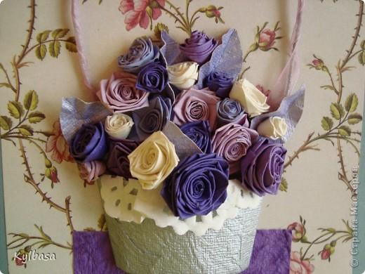 Несмотря на отсутствие в природе фиолетовых и лиловых роз ,мне очень захотелось сделать такой вот подарочный букет-корзинку. фото 3