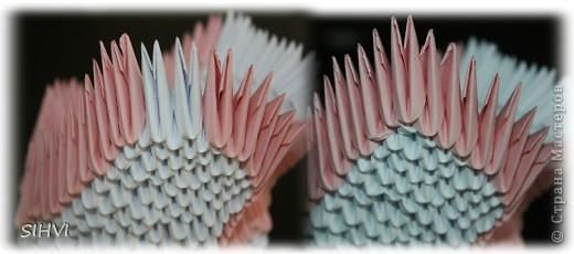 Эта увлекательная техника — создание объёмных фигур из треугольных модулей оригами — придумана в Китае. Целая фигура собирается из множества одинаковых частей (модулей). Каждый модуль складывается по правилам классического оригами из одного листа бумаги, а затем модули соединяются путем вкладывания их друг в друга. Появляющаяся при этом сила трения не даёт конструкции распасться. Поэтому собрать такого лебедя можно без клея (если вы не собираетесь его использовать как игрушку).   Чтобы собрать лебедя понадобится довольно много модулей. Поэтому, его легче мастерить большой компанией. Также, этот вид творчества отлично подходит для коллективных работ в школе. Можно экспериментировать с разными видами бумаги. Подходит офисная бумага разных цветов, мелованная цветная бумага. Иногда складывают такие фигурки из журнальных вырезок и фантиков. Плохо подходит школьная цветная бумага, т. к. она слишком тонкая, рыхлая, ломается и рвётся на сгибах.  фото 15