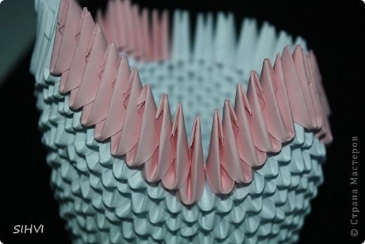Эта увлекательная техника — создание объёмных фигур из треугольных модулей оригами — придумана в Китае. Целая фигура собирается из множества одинаковых частей (модулей). Каждый модуль складывается по правилам классического оригами из одного листа бумаги, а затем модули соединяются путем вкладывания их друг в друга. Появляющаяся при этом сила трения не даёт конструкции распасться. Поэтому собрать такого лебедя можно без клея (если вы не собираетесь его использовать как игрушку).   Чтобы собрать лебедя понадобится довольно много модулей. Поэтому, его легче мастерить большой компанией. Также, этот вид творчества отлично подходит для коллективных работ в школе. Можно экспериментировать с разными видами бумаги. Подходит офисная бумага разных цветов, мелованная цветная бумага. Иногда складывают такие фигурки из журнальных вырезок и фантиков. Плохо подходит школьная цветная бумага, т. к. она слишком тонкая, рыхлая, ломается и рвётся на сгибах.  фото 13