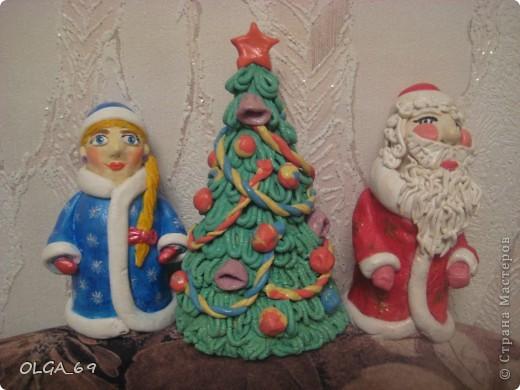 Дед Мороз и Снегурочка на бутылочках из под микстуры, а ёлка на бумажном конусе.
