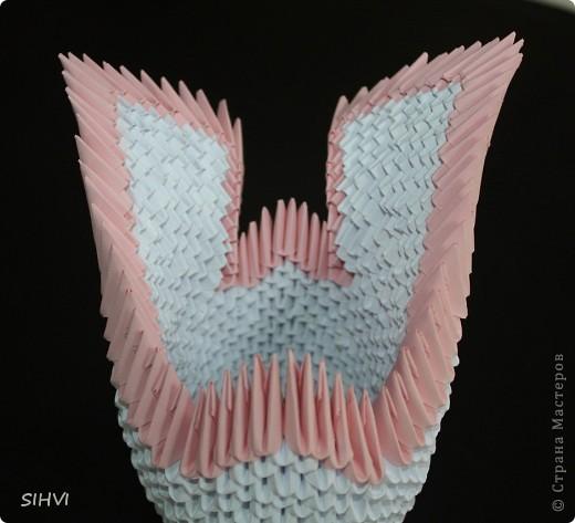 Эта увлекательная техника — создание объёмных фигур из треугольных модулей оригами — придумана в Китае. Целая фигура собирается из множества одинаковых частей (модулей). Каждый модуль складывается по правилам классического оригами из одного листа бумаги, а затем модули соединяются путем вкладывания их друг в друга. Появляющаяся при этом сила трения не даёт конструкции распасться. Поэтому собрать такого лебедя можно без клея (если вы не собираетесь его использовать как игрушку).   Чтобы собрать лебедя понадобится довольно много модулей. Поэтому, его легче мастерить большой компанией. Также, этот вид творчества отлично подходит для коллективных работ в школе. Можно экспериментировать с разными видами бумаги. Подходит офисная бумага разных цветов, мелованная цветная бумага. Иногда складывают такие фигурки из журнальных вырезок и фантиков. Плохо подходит школьная цветная бумага, т. к. она слишком тонкая, рыхлая, ломается и рвётся на сгибах.  фото 17