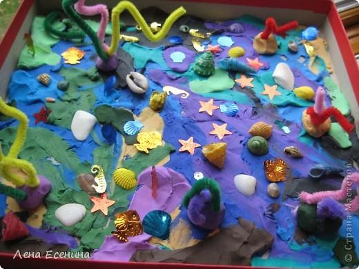 Морское дно! Крышку от коробки для обуви залепляем пластилином. Кораллы: основание пластилин, сами кораллы из ёршиков. Добавлены ракушки, пайетки. Можно было рыбок и слепить, но у нас было ограничение по времени - 15 минут. Успели. :)) В ракушки можно положить бусинки - они будут изображать жемчуг. :)