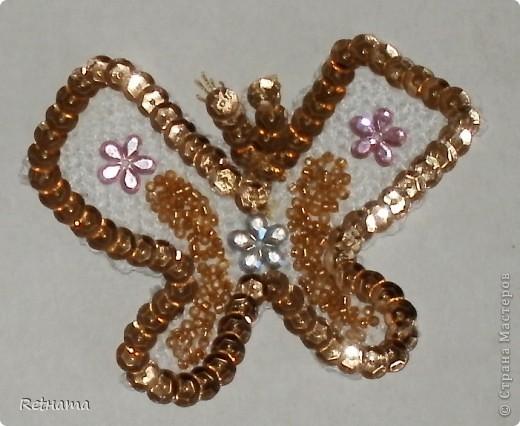 Связала  крючком основу-бабочку, паеточную тесьму и бисер приклеила на клей ПВА. фото 2