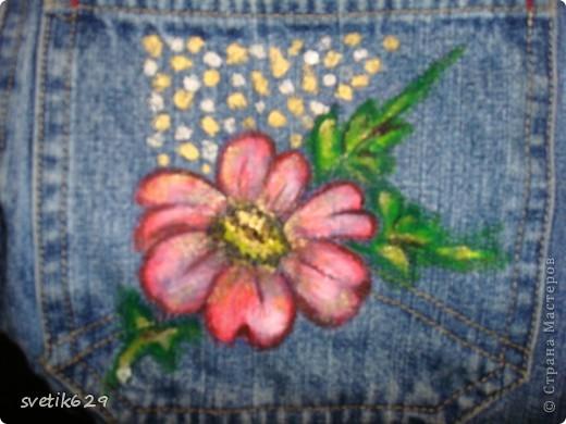 Посадила пятнышко и не могла его отстирать решила закрасить) Так-как джинсы любимые ,рисовала акриловыми красками по ткани. фото 7