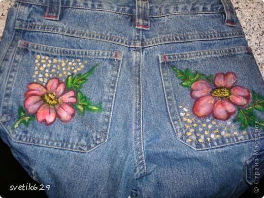 Посадила пятнышко и не могла его отстирать решила закрасить) Так-как джинсы любимые ,рисовала акриловыми красками по ткани. фото 6