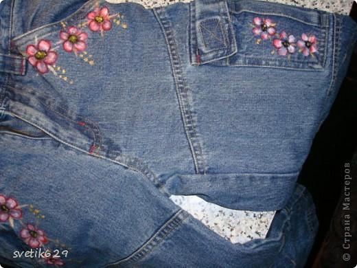 Посадила пятнышко и не могла его отстирать решила закрасить) Так-как джинсы любимые ,рисовала акриловыми красками по ткани. фото 8