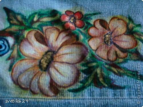Посадила пятнышко и не могла его отстирать решила закрасить) Так-как джинсы любимые ,рисовала акриловыми красками по ткани. фото 1