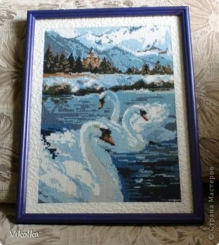 """""""Лебеди"""", набор от Риолис №662, нитки: шерсть,  цветов: 13, размер: 26*38 см. Подарила маме на день рождения в прошлом году.  Рамка деревянная, окрашена акрилом, паспарту из рогожки.      фото 1"""