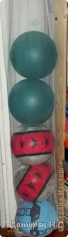 Вот так мы храним наши мячи!  У меня нашлась москитная сетка, вот я и придумала, что из неё сделать! Вместимость около 8 мячей. Очень экономит место!!!! Подвешена под потолок в уголок!!!
