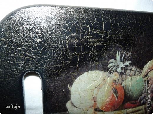 На загрунтованную досочку приклеила рисовую карту, фон дорисовала акриловыми красками, затем использовала двухшаговую кракелюрную пару solo goya немецкой фирмы C.Kreul. фото 4