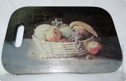 На загрунтованную досочку приклеила рисовую карту, фон дорисовала акриловыми красками, затем использовала двухшаговую кракелюрную пару solo goya немецкой фирмы C.Kreul. фото 1