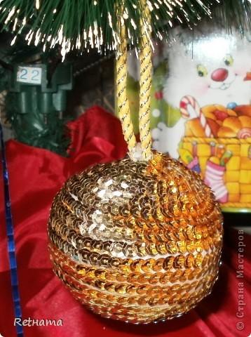 Есть новогодняя примета - сколько шариков на елке столько покупок будет в этом году, желательно, чтобы шарики были сделаны своими руками. Пришлось взяться за дело. Капроновый носок обрезать, синтепон завернуть в салфетку, вшить красивый шнурок и обклеить паеточной лентой. фото 1