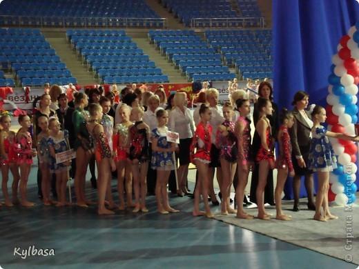 Со вчерашнего дня в моей любимой Астрахани проходят соревнования 5 этапа летней спартакиады школьников по художественной гимнастике.  Участники - команды Южного Федерального  и Северо-кавказского округов. Как всегда, эти соревнования -  праздник юности, красоты, энергии, гармонии и пластики.  Маленькие гимнастки очень одаренные,  красивые и нежные, показывают чудеса владения собственным телом и гимнастическими предметами.  Отдельного внимания (в рамках страны мастеров) заслуживают костюмы спортсменок. Я, как человек в недавнем прошлом сама шивший и расшивавший подобные  купальники своей дочери, с каждым разом все больше и больше поражаюсь мастерству портних и рукодельниц,украшающих купальники. Им в моем репортаже посвящены отдельные кадры.  фото 2